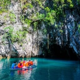 tourists entering the puerto princesa underground river